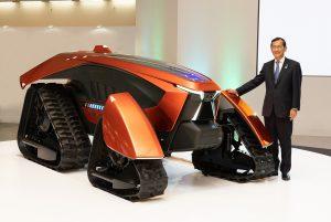 """Yuichi Kitao, Präsident und stellvertretender Direktor der Kubota Corporation, präsentiert anlässlich des 130-jährigen Jubiläums den """"Traum-Traktor""""."""